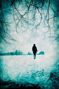 Woman-walking-in-the-snow